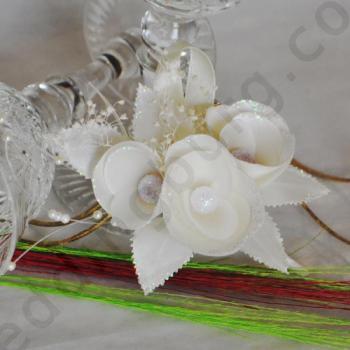 Бутониера за закичване - Три сатенени цветенца с перли в<br/>цвят екрю