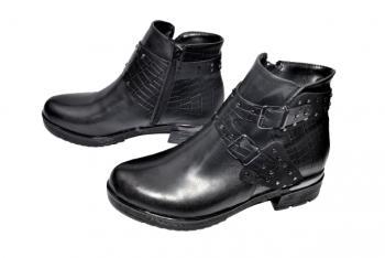 Дамски ниски боти в черно 111