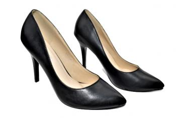 Дамски обувки на ток в черно 320