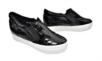 Дамски обувки с лека скрита платформа в черно 324