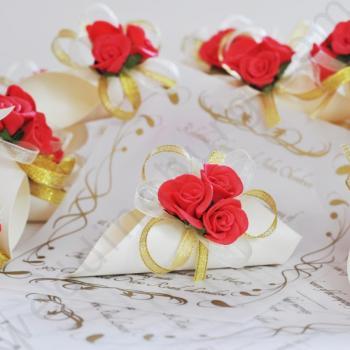 Сватбена покана с червени рози и златна панделка