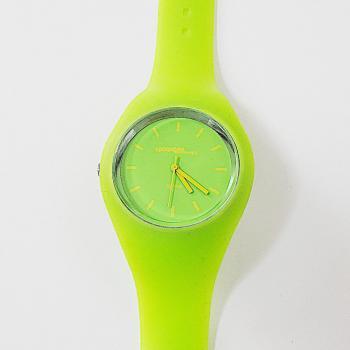 Спортен часовник в електриков цвят